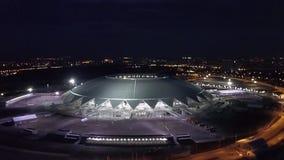 SAMARA, RUSLAND - JUN, 2018: verbazende luchtmening over Samara Arena-stadion in nacht vóór Wereldbeker 2018 stock videobeelden