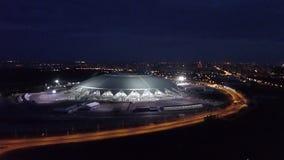 SAMARA, RUSLAND - MAG, 2018: de hommel vliegt en tonend kijk op Samara Arena-stadion in nacht stock videobeelden