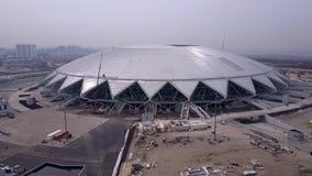 SAMARA, RUSLAND - MAG, 2018: de hommel vliegt over de moderne Samara Arena-bouw stock video