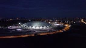 SAMARA, RUSLAND - MAG, 2018: luchtnachtpanorama van reusachtige sportieve staduim Samara Arena stock video