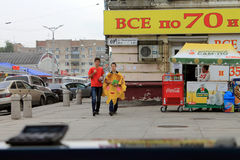 Samara, Russia - 21 agosto 2014: animatore con i palloni per il 'chi' Fotografia Stock Libera da Diritti
