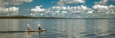 2017-06-12 samara, Russia Due rematori in un crogiolo di kajak della canoa che galleggia sul fiume fotografie stock libere da diritti