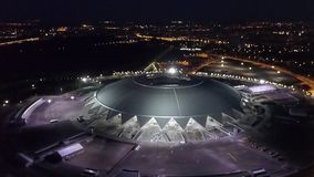 SAMARA, RUSSIA - GIUGNO 2018: vista superiore nel movimento dello stadio nella notte, coppa del Mondo 2018 di Samara Arena stock footage