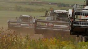 Samara Russia - junio de 2014: las máquinas segadores van en el camino a la cosecha metrajes