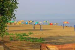 Samara, Russia - 23 luglio 2016 Spiaggia di estate sul grande fiume Fotografie Stock