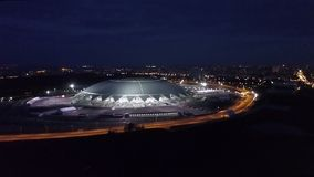SAMARA, RUSSIA - MAGGIO 2018: panorama aereo di notte di staduim allegro enorme Samara Arena archivi video