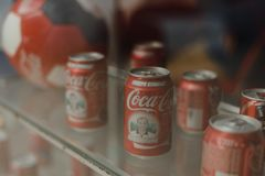 Samara Russie 04 30 2019 : bo?tes en m?tal de coca-cola derri?re la fen?tre Mus?e de coca-cola image stock