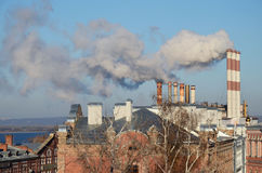Samara, Russie - nov., 20 2016 : Tuyaux de Samara Thermal Power Plant - ancienne centrale de secteur d'état Photo stock