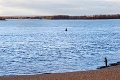 SAMARA, RUSSIE - 12 OCTOBRE 2016 : Un pêcheur solitaire sur la banque de la Volga près du Samara Image stock