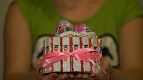 Samara, Russie - 30 septembre 2016 : Un chocolat plus aimable est un de la confection des enfants populaires Jeune mère cuite banque de vidéos