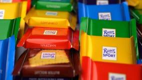 Samara, Russische Föderation - 13. August 2018: Die Mini Ritter-Sportschokoladen drehen Hintergrund Ritter-Sport - ein populäres stock video footage