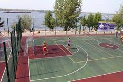 Samara, Russland - 23. August 2014: Fremde auf dem Spielplatz pl Lizenzfreies Stockbild