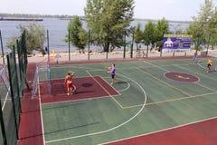 Samara, Russland - 23. August 2014: Fremde auf dem Spielplatz pl Stockfotografie