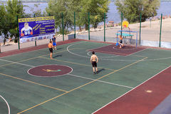 Samara, Russland - 23. August 2014: Fremde auf dem Spielplatz pl Stockbild