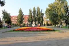 Samara, Russland - 14. August 2014: Fremde, die in den Park gehen Lizenzfreie Stockfotografie