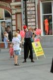 Samara, Russland - 22. August 2014: Trickzeichner, Clown mit Ballonen Lizenzfreie Stockbilder