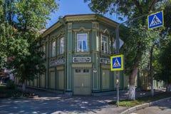 Samara, Russland - 5. August 2016: Wieder hergestellte hölzerne Villa mit geschnitzten Fenstern im Rahmen UNESCO-Programms lizenzfreies stockfoto