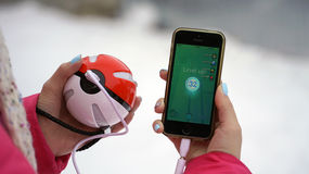 Samara, Russland - 15. Dezember 2016: die Frau, die pokemon spielt, gehen auf sein iphone pokemon gehen spiel mit Elementen von M Stockfotos