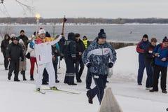 SAMARA, RUSSLAND - 25. DEZEMBER: Olympische Fackel im Samara auf Decemb Stockbilder