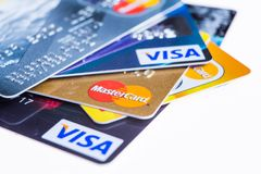 Samara, Russland 3. Februar 2015: Nahaufnahmeatelieraufnahme von Kreditkarten gab durch die drei bedeutenden Marken American Expr Lizenzfreies Stockbild