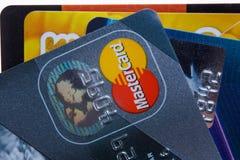 Samara, Russland 3. Februar 2015: Nahaufnahmeatelieraufnahme von Kreditkarten gab durch die drei bedeutenden Marken American Expr Stockbilder