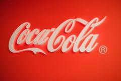 Samara Russland 04 30 2019: Gl?hendes Coca Cola-Logo lizenzfreie stockfotos