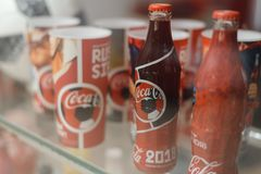 Samara Russland 04 30 2019: Glasflasche Coca Cola hinter dem Schaukasten Coca- Colamuseum stockbild