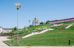 SAMARA, RUSSLAND Volzhsky-Allee, vor Glory Square George `s Kirche stockbild