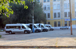 Samara Ryssland - Augusti 15, 2014: bilar Parkeringsskåpbilar främlingar Royaltyfri Bild