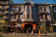 Samara Ryssland - Augusti 06, 2016: Folket promenerar härliga historiska byggnader i den gångareLeningradskaya gatan Fotografering för Bildbyråer