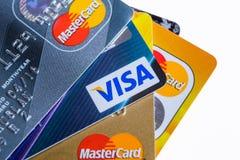 Samara Ryssland 3 Februari 2015: Closeupstudioskott av kreditkortar som utfärdas av de tre viktiga märkena American Express, VISU Fotografering för Bildbyråer