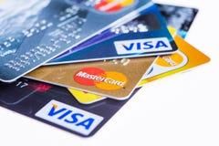 Samara Ryssland 3 Februari 2015: Closeupstudioskott av kreditkortar som utfärdas av de tre viktiga märkena American Express, VISU Royaltyfri Bild