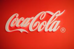 Samara Ryssland 04 30 2019: Glödande Coca Cola logo royaltyfria foton