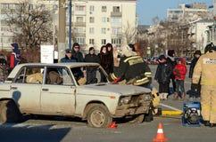 Samara Ryssland - November, 20 2016: Departementet av nöd- lägen visar räddningsaktionfolk från bilen efter olyckan Arkivfoto