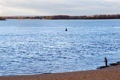 SAMARA RYSSLAND - OKTOBER 12, 2016: En ensam fiskare på banken av Volgaet River nära samaraen Fotografering för Bildbyråer