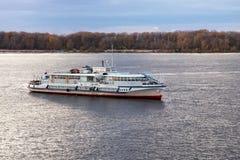 SAMARA RYSSLAND - OKTOBER 12, 2016: `en För ` OM-338 för turmotorskepp på Volgaet River i höstafton Arkivfoto