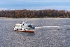 SAMARA RYSSLAND - OKTOBER 12, 2016: `en För ` OM-338 för turmotorskepp på Volgaet River i höstafton Arkivfoton