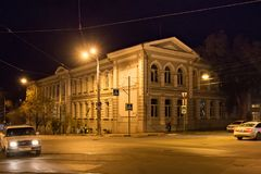 SAMARA RYSSLAND - OKTOBER 12, 2016: Gamla historiska byggnader i mitten av samaraen tidigare Kuybyshev på en höstnatt Royaltyfri Foto