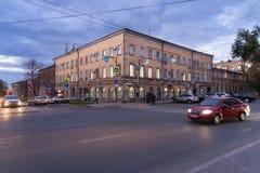 SAMARA RYSSLAND - OKTOBER 12, 2016: Gamla sjaskiga byggnader i mitten av Samaragamlan Kuybyshev Arkivbilder