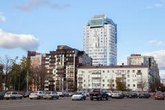 SAMARA RYSSLAND - OKTOBER 12, 2016: Moderna byggnader i mitten av Samaragamlan Kuybyshev Royaltyfria Bilder
