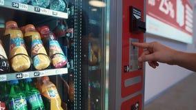 Samara Ryssland - September, 2018: mannen köper lemonad i en försälja automatrestaurang i den Kurumoch flygplatsen arkivfilmer