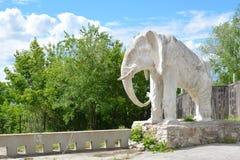 Samara Ryssland - 07 06 2017: stuga av konstnären Konstantin Golovkin Skulptur av en elefant i trädgården Det är en unik båge Arkivfoton