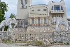 Samara Ryssland - 07 06 2017: stuga av konstnären Konstantin Golovkin Skulptur av en elefant i trädgården Det är en unik båge Royaltyfri Fotografi