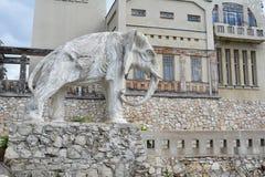 Samara Ryssland - 07 06 2017: stuga av konstnären Konstantin Golovkin Skulptur av en elefant i trädgården Det är en unik båge Royaltyfri Bild