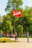 Samara, Sierpień, 2018: Emeryt iść protestacyjny wiec Tekst w rosjaninie: Strajk zdjęcie stock