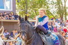 Samara, Sierpień 2018: Kozacka dziewczyna siedzi skrzyżnego na koniu zdjęcia stock