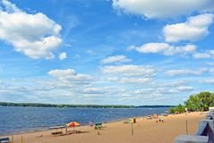 Samara stadsstrand på kusterna av Volgaet River härlig oklarhetscumulus Royaltyfri Fotografi