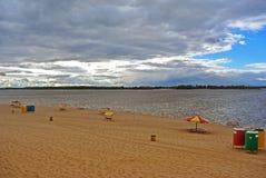 Samara, Stadtstrand auf den Ufern der Wolgas am bewölkten Tag vor Regen Lizenzfreie Stockbilder