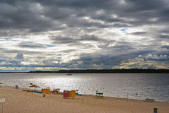 Samara, Stadtstrand auf den Ufern der Wolgas am bewölkten Tag vor Regen Lizenzfreies Stockfoto