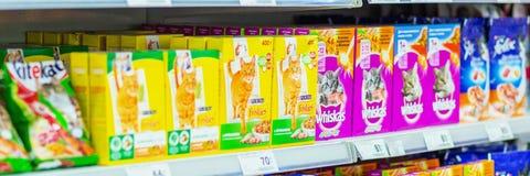 Samara, Styczeń 2019: suchy jedzenie dla kotów na supermarkecie odkłada zdjęcia royalty free
